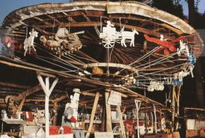 Au musée d'art brut de la Fabuloserie, le manège de Petit Pierre a été réinstallé dans le parcs ,